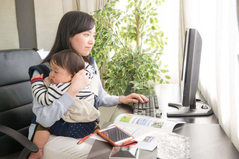 仕事を探す子持ちママ