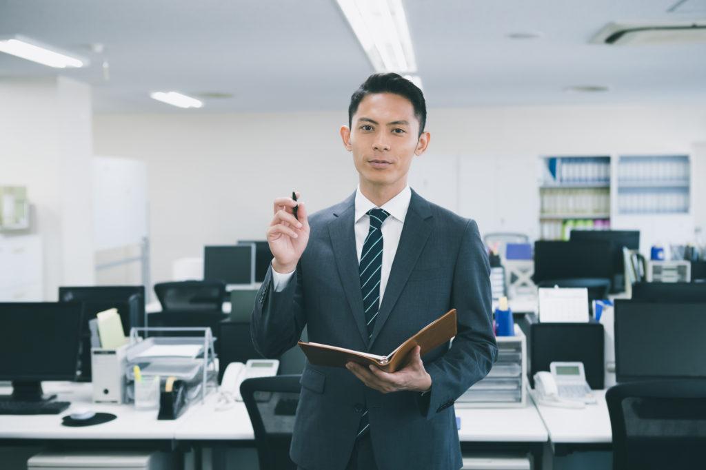 労災申請におけるポイントを紹介する男性