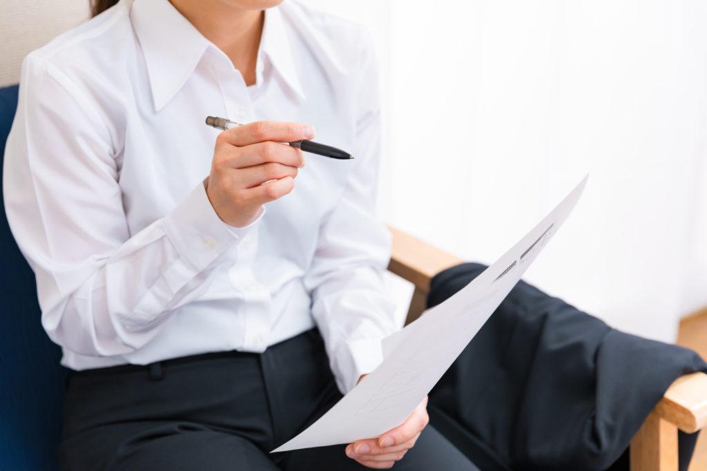 労災の申請を確認する女性
