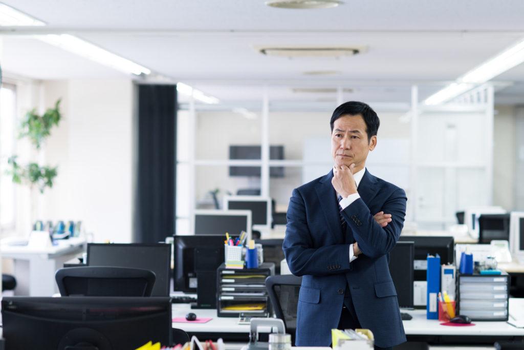 早期退職優遇制度を利用するか悩むビジネスマン