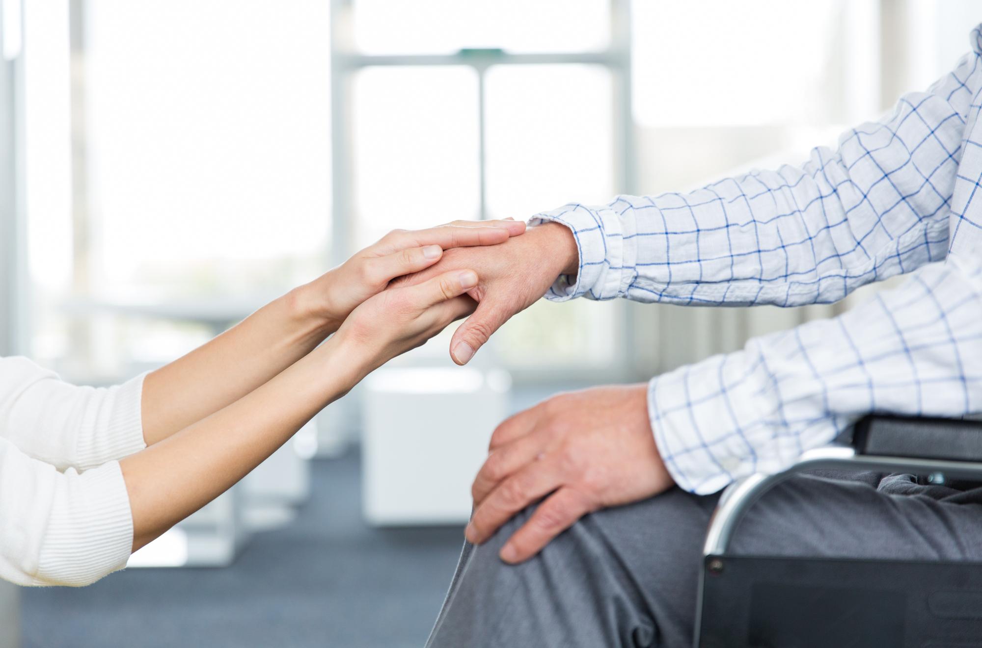 介護保険制度を利用したいと考える家族の手