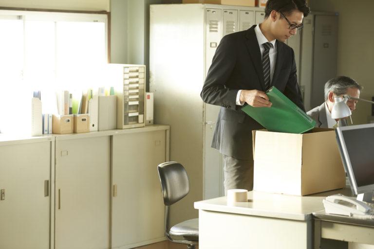 早期退職優遇制度を利用して退職するビジネスマン