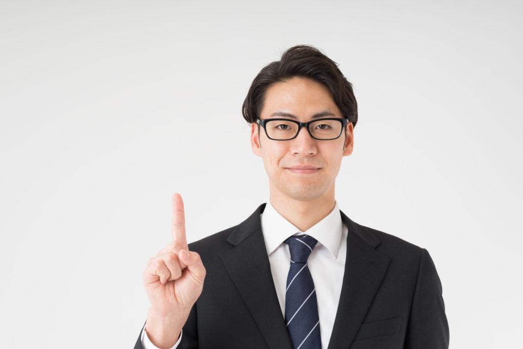 親に退職を伝えるポイントを紹介する男性